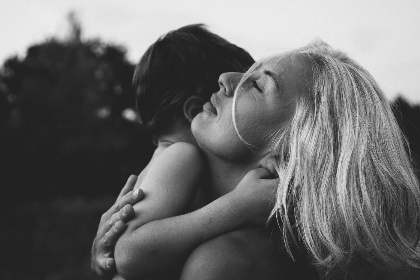 rebecca rinaldi photography. mamma con occhi chiuse stringe bimbo sognante
