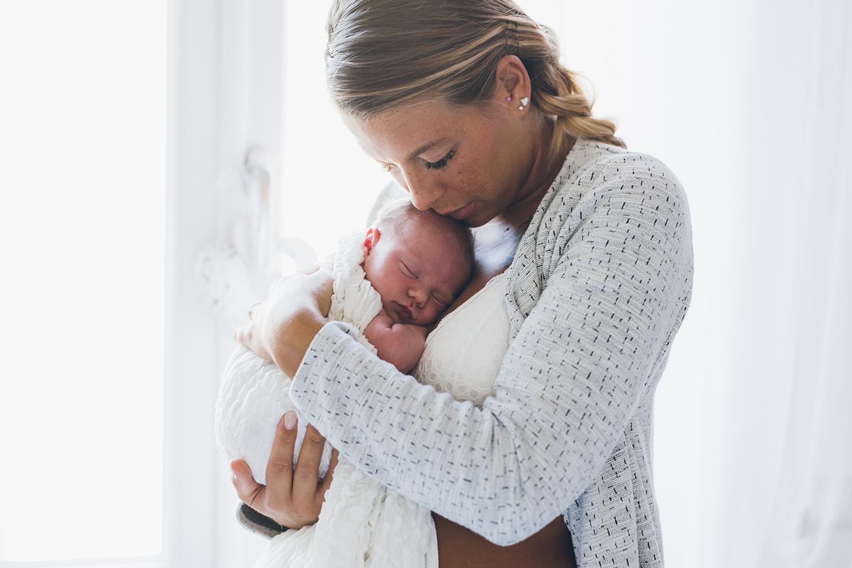 Mamma con in braccio la piccola Bianca, Servizio fotografico lifestyle.