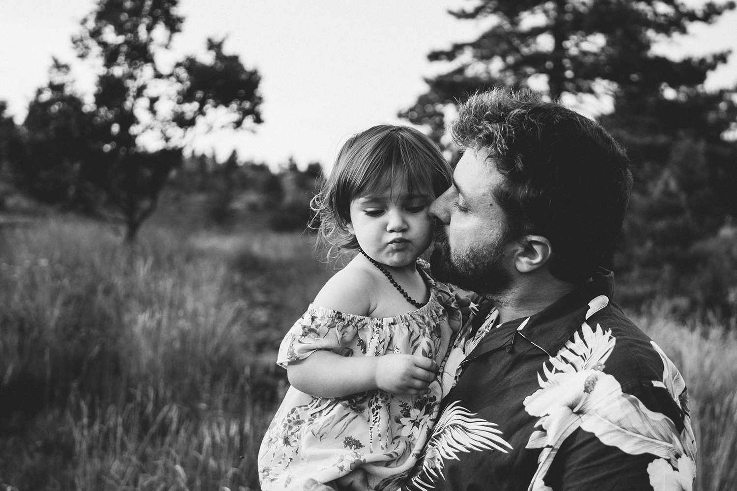 Family outdoor photo session. dad kissing with daughter. Rebecca Rinaldi Photography.