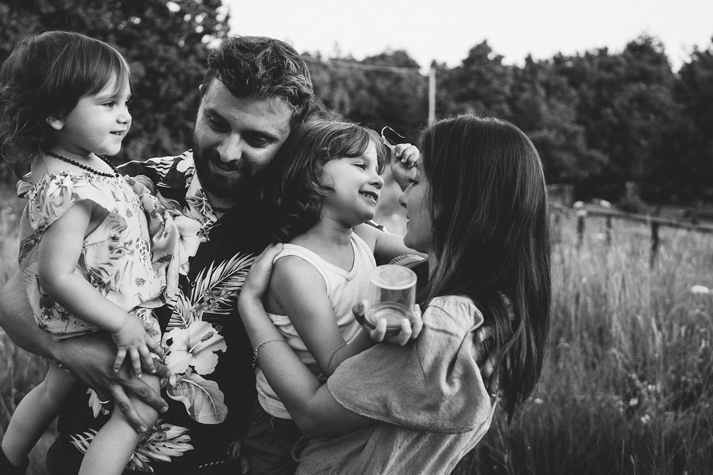 Servizio fotografico di famiglia ai Piani di Praglia. ritratto . di famiglia. tutti si abbracciano. Genova. Liguria. Rebecca Rinaldi Photography.
