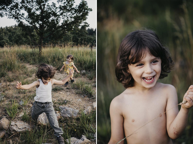 rebecca rinaldi photography. Bambino corre e gioca  nei prati.
