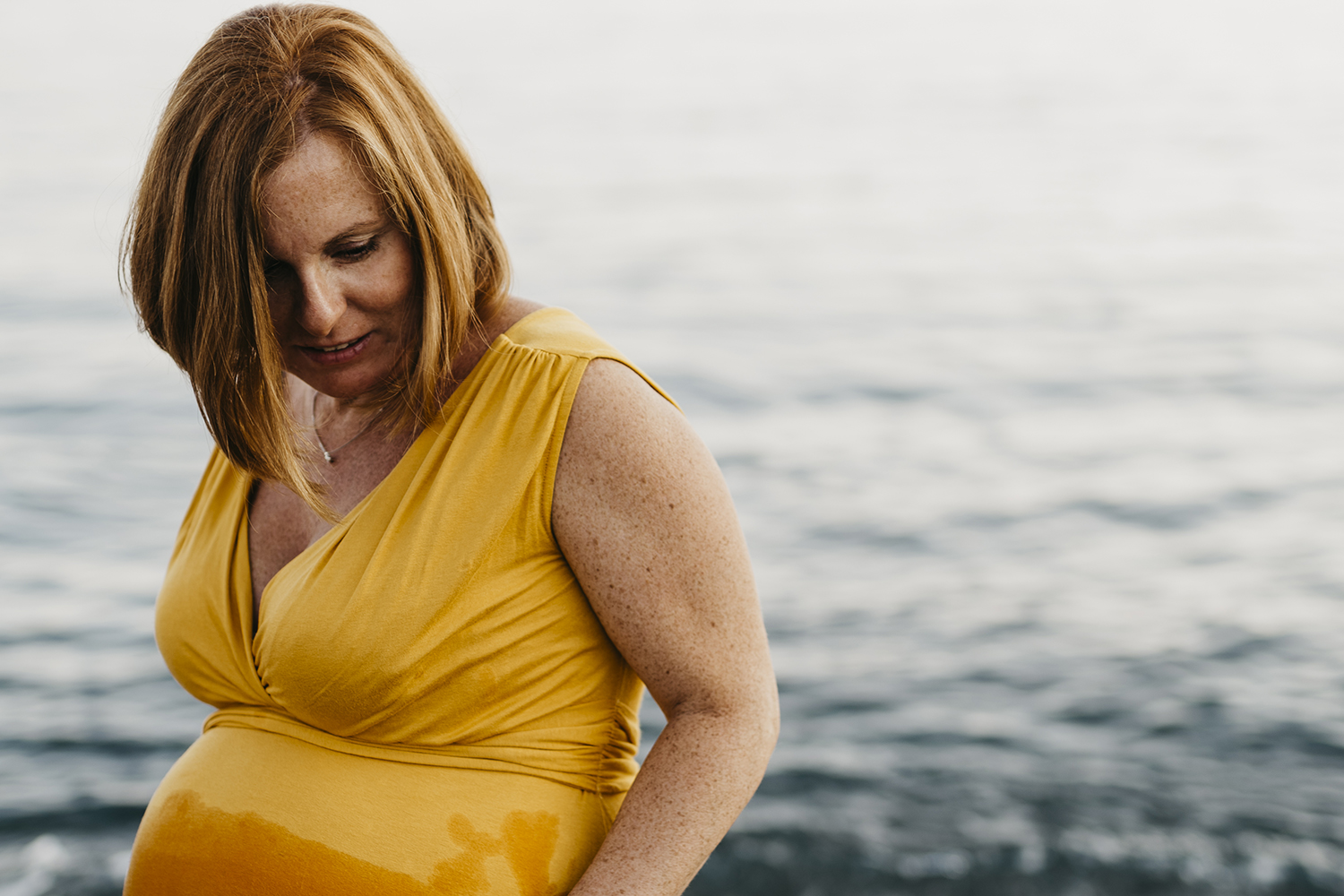 Maternity photographer in Deiva Marina, Italy.  Mom near the water. Rebecca Rinaldi Photography. Family lifestyle photographer in Italy.