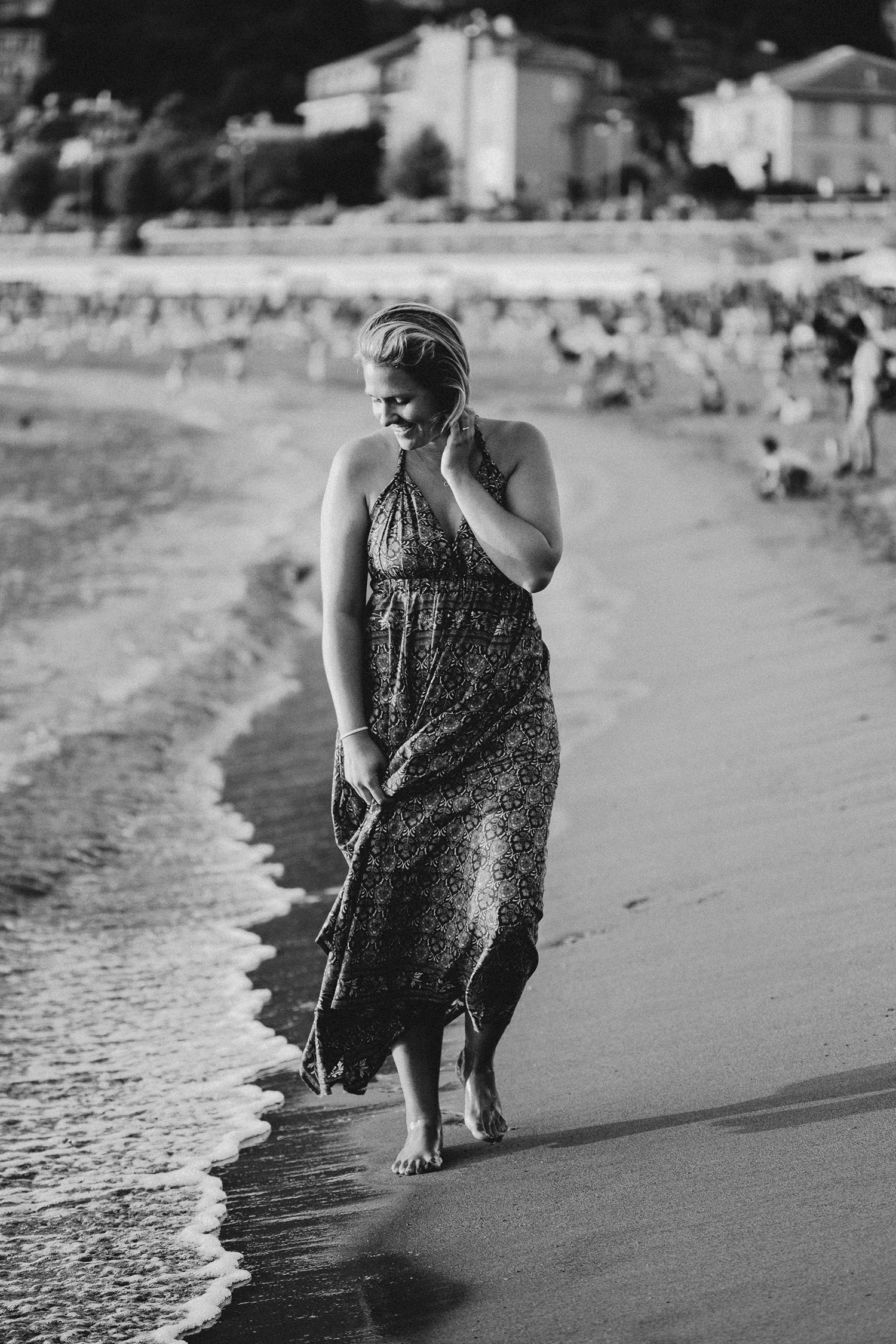 rebecca rinaldi photography. Family photographer in Italy. mom walking on  levanto beach at sunset.