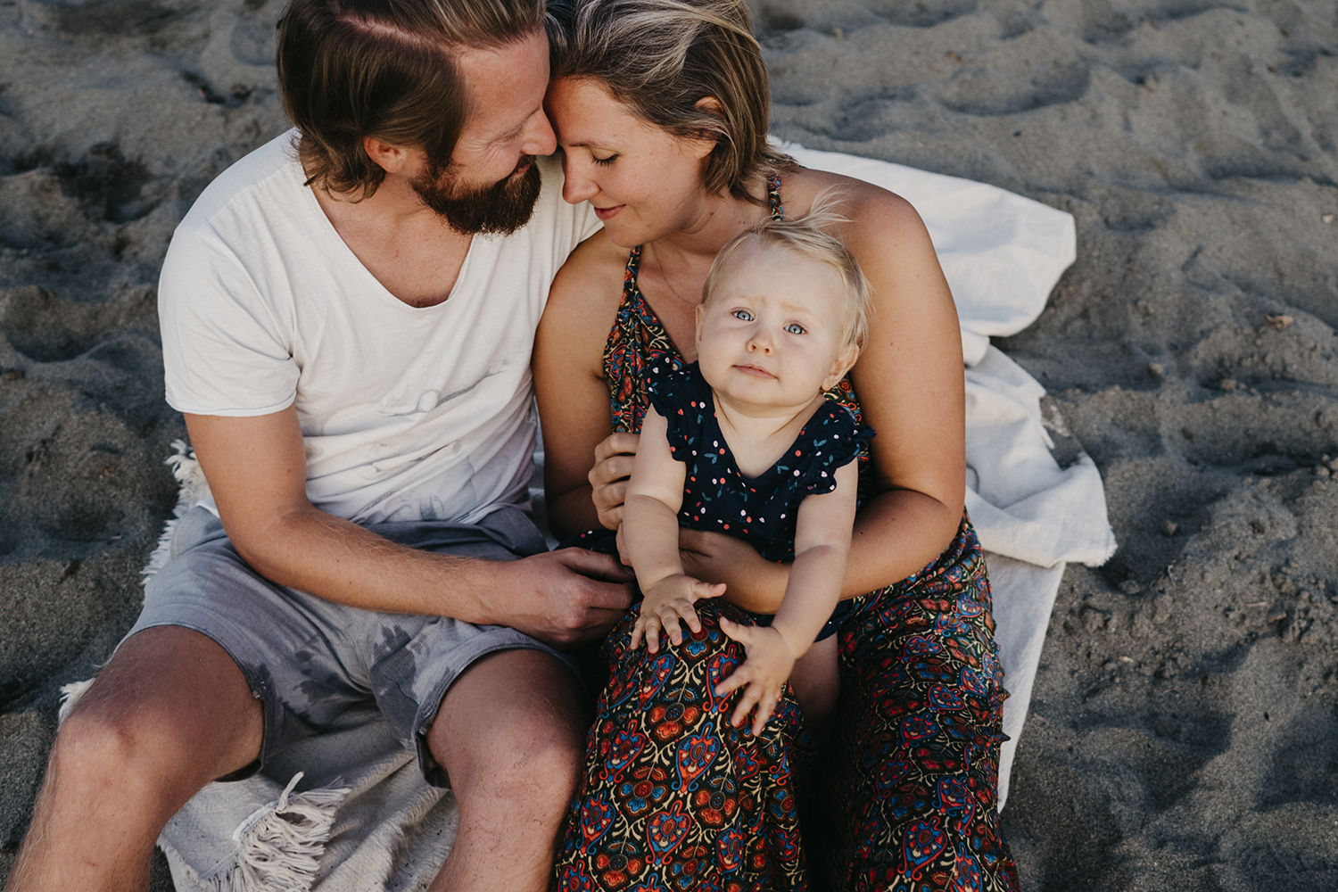 rebecca rinaldi photography. Family photographer in Italy. family sitting on  levanto beach at sunset.