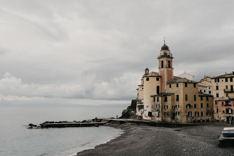 Rebecca Rinaldi fotografia gravidanza e maternità. Servizio fotografico maternita a Camogli, Genova. Vista della chiesa e della spiaggia.