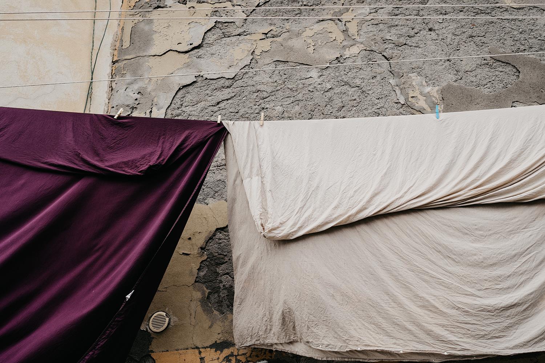 Rebecca Rinaldi fotografia gravidanza e maternità. Servizio fotografico maternita a Camogli, Genova. Dettaglio panni stesi.