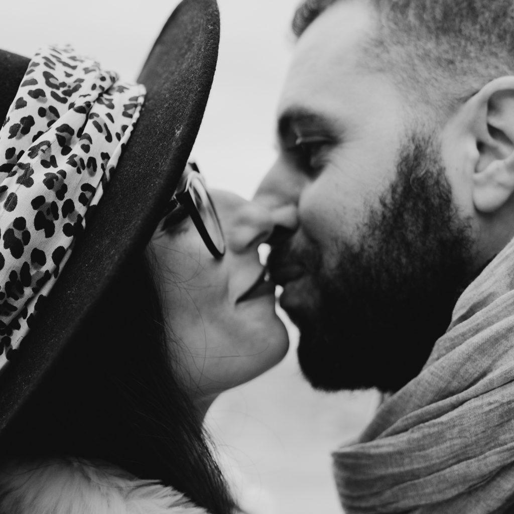 Rebecca Rinaldi fotografia gravidanza e maternità. Servizio fotografico gravidanza a Camogli, Genova. Coppia si bacia. dettaglio.
