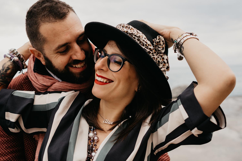 Rebecca Rinaldi fotografia gravidanza e maternità. Servizio fotografico gravidanza a Camogli, Genova. Coppia ride sul molo.