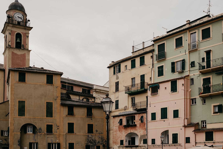 Rebecca Rinaldi fotografia gravidanza e maternità. Servizio fotografico maternita a Camogli, Genova. Vista della chiesa sul mare.