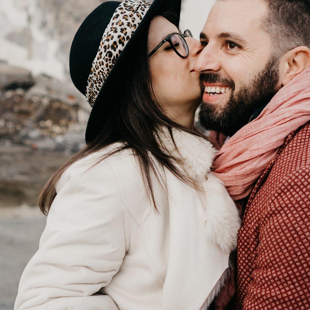 Rebecca Rinaldi fotografia gravidanza e maternità. Servizio fotografico gravidanza a Camogli, Genova.  futura mamma bacia futuro papà.