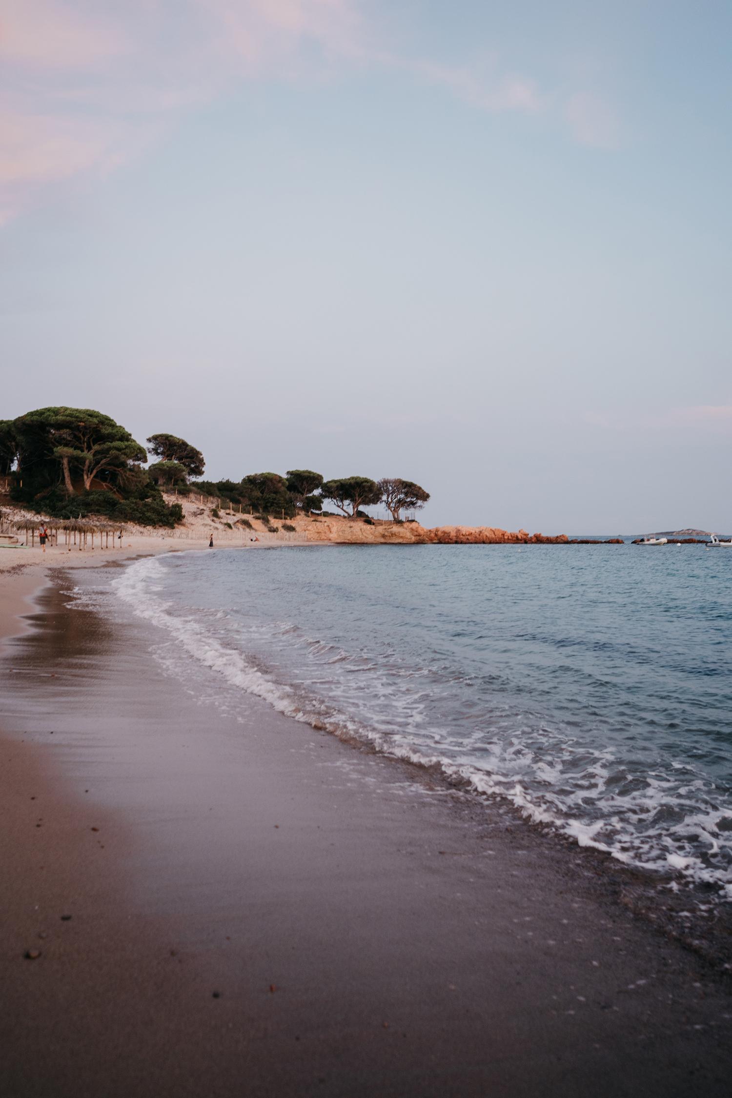 Servizio fotografico reportage di Famiglia. Panorama spiaggia rosa  al tramonto. Palombaggia, Santa Giulia, Corsica. by rebecca rinaldi photography
