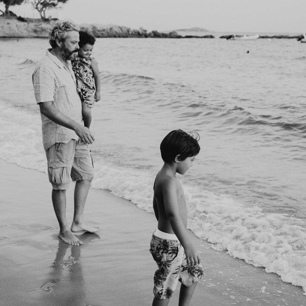 Servizio fotografico reportage di Famiglia.Papà e bambini che giocano sulla spiaggia al tramonto.Palombaggia, Santa Giulia, Corsica. by rebecca rinaldi photography
