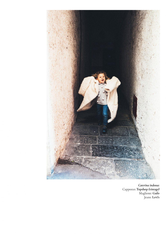Rebecca Rinaldi Photography. Caterina corre e ride con addosso il cappotto vintage della mamma