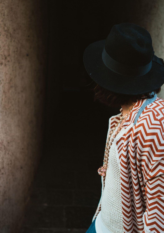 Rebecca Rinaldi Photography. Chiara all'inizio di un vicolo si guarda indietro.