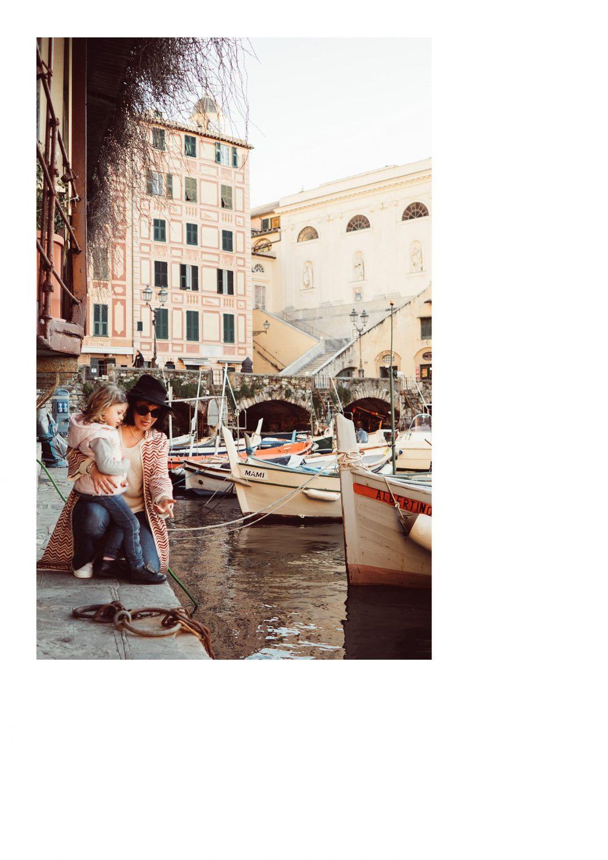 Rebecca Rinaldi Photography. Chiara e caterina sulla banchina di camogli guardano le barche.