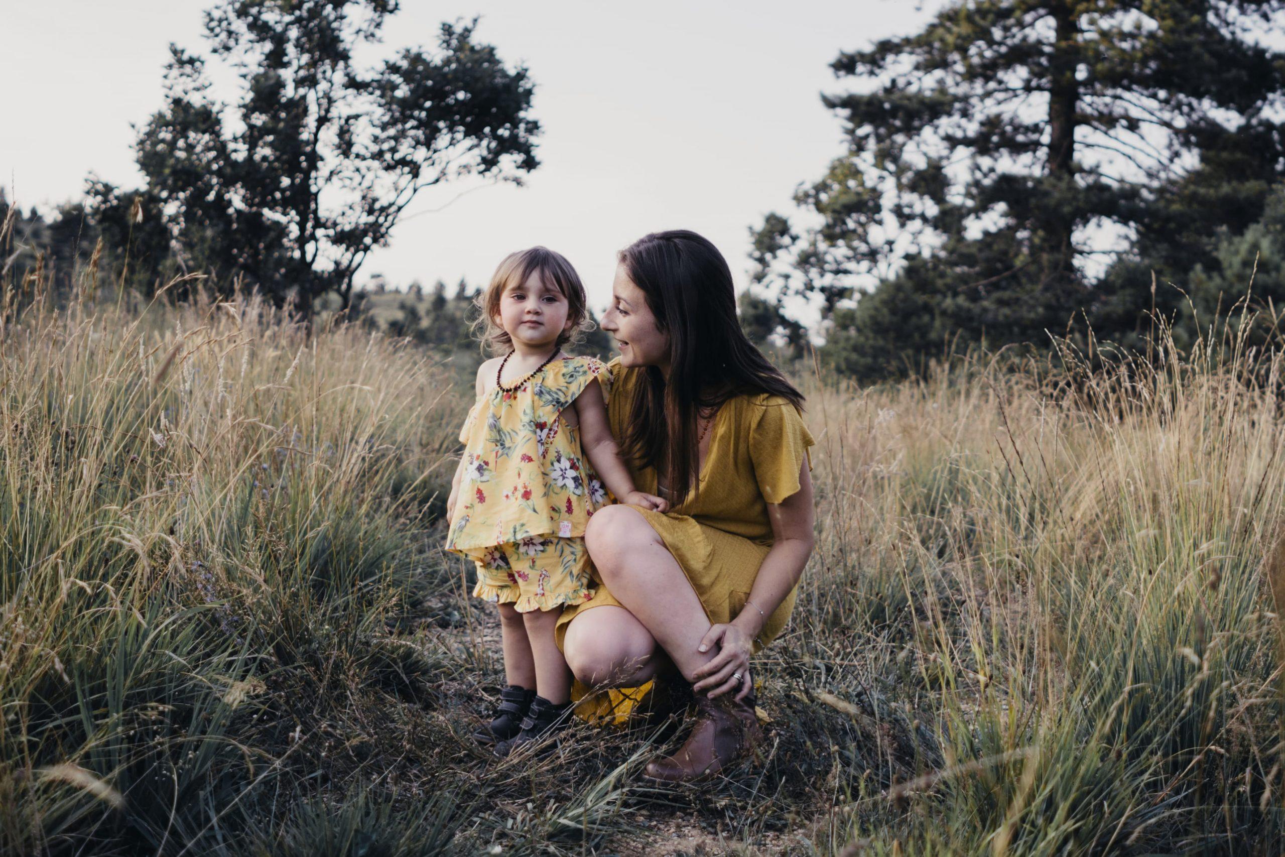 rebecca rinaldi photography. bimba con mamma posa per foto.