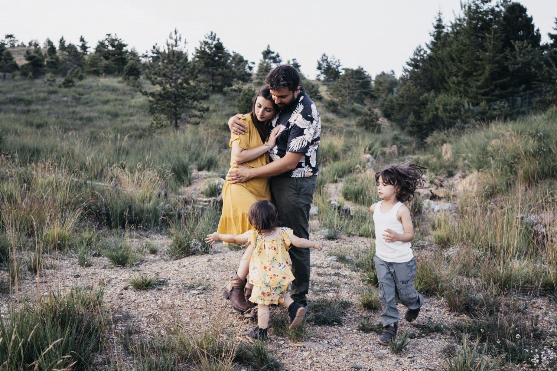 rebecca rinaldi photography. Genitori in posa mentre i bambini gli corrono intorno.