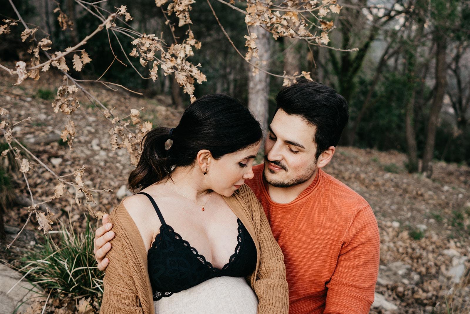 Rebecca Rinaldi fotografia maternità e gravidanza Genova. Futura mamma e futuro papà appoggiati ad un albero si coccolano con occhi chiusi.