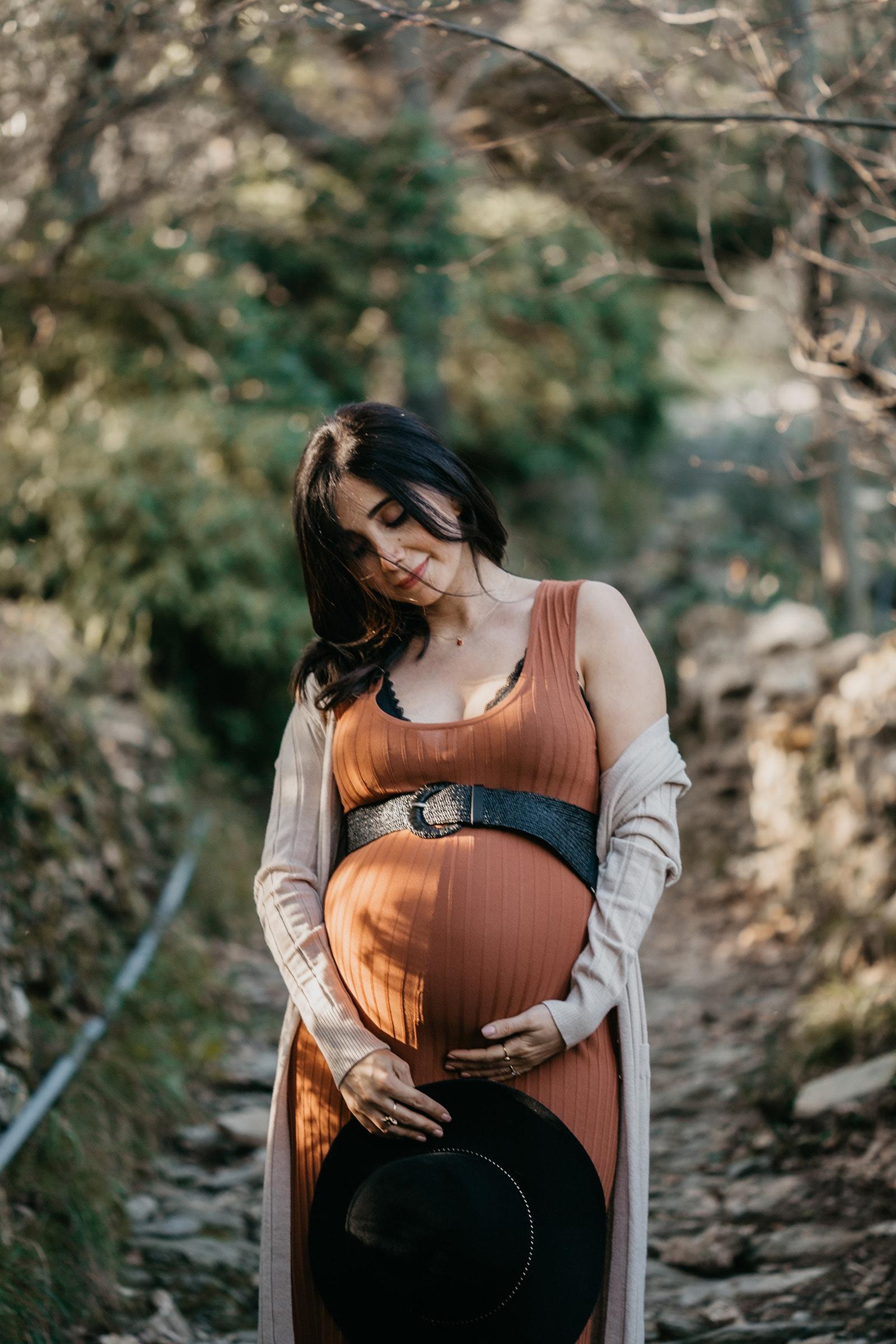 Rebecca Rinaldi fotografia maternità e gravidanza Genova. Futura mamma si accarezza il pancione.