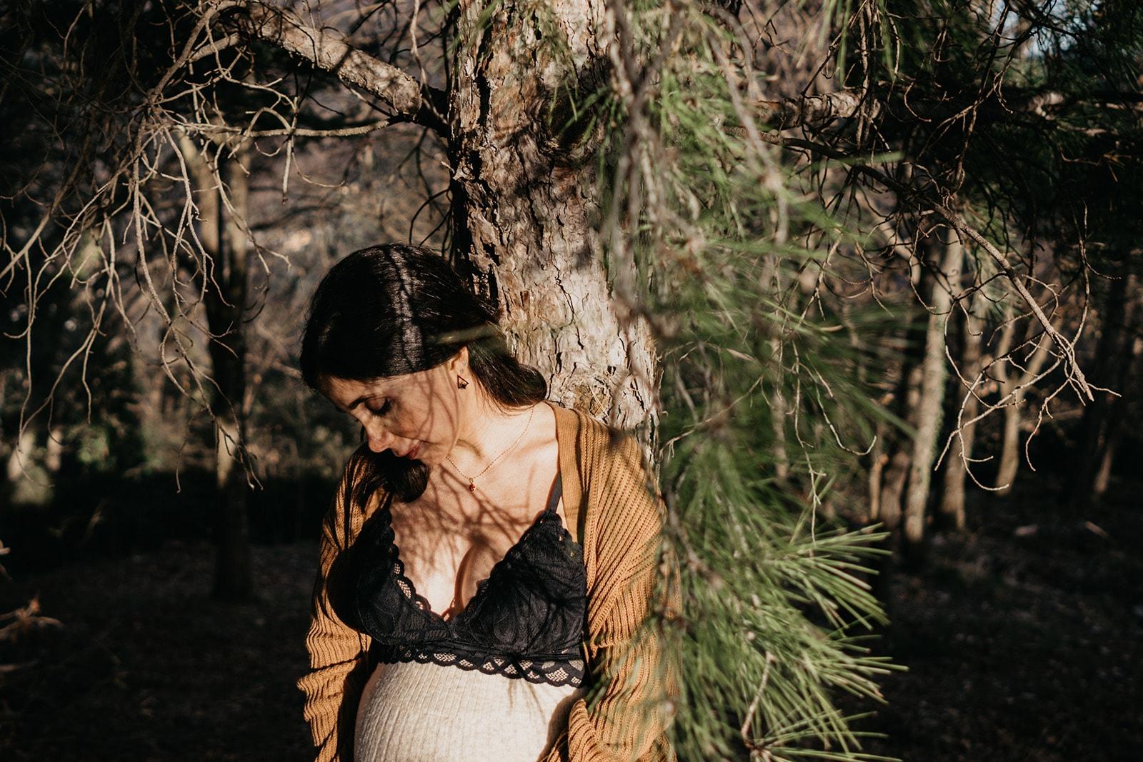 Rebecca Rinaldi fotografia maternità e gravidanza Genova. Futura mamma  sotto agli alberi.