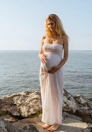 Waiting for the sun | Servizio fotografico maternità in scogliera